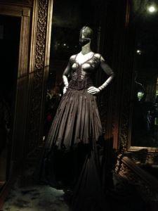 Alexander-McQueen-Savage-Beauty-at-the-VA-foto-Barbara-Martorelli