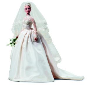 Barbie Grace Kelly sposa, 2011 © Mattel Inc. Barbie come leggenda del cinema hollywoodiano con abiti altrettanto leggendari: Grace Kelly con l'abito da sposa disegnato per le nozze con il principe Ranieri di Monaco nel 1956 dalla costumista della Metro-Goldwyn-Mayer, Helen Rose. Ph. Paul Jordan
