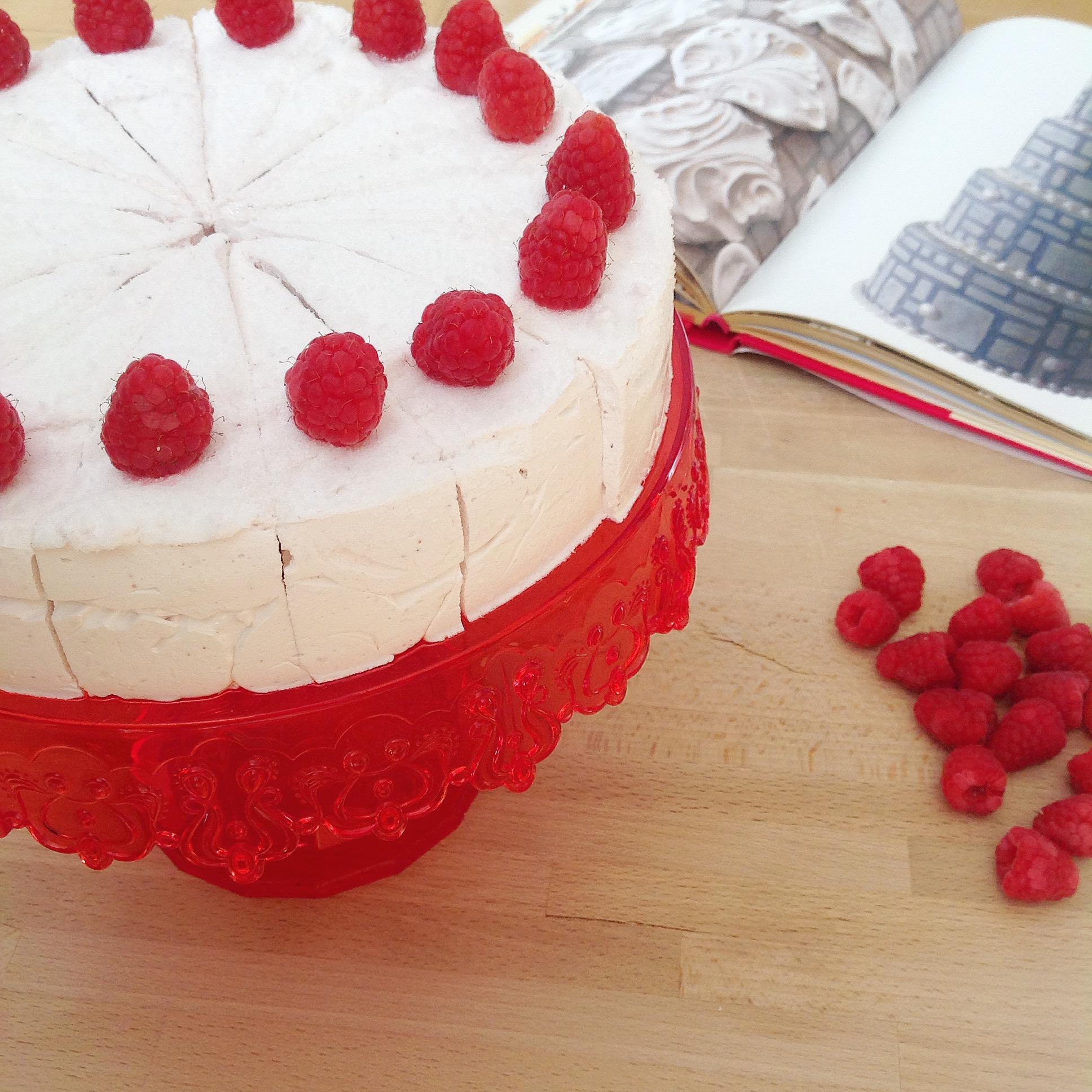 Una torta di marshmallow. Ricetta appresa da Fabrizio Galla. Alzata Pavoni Italia.