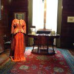 Isabelle-de-Borchgrave-abito-rosso-Delphos-di-M.-Fortuny