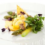 Uovo in camicia con tartufo e asparagi
