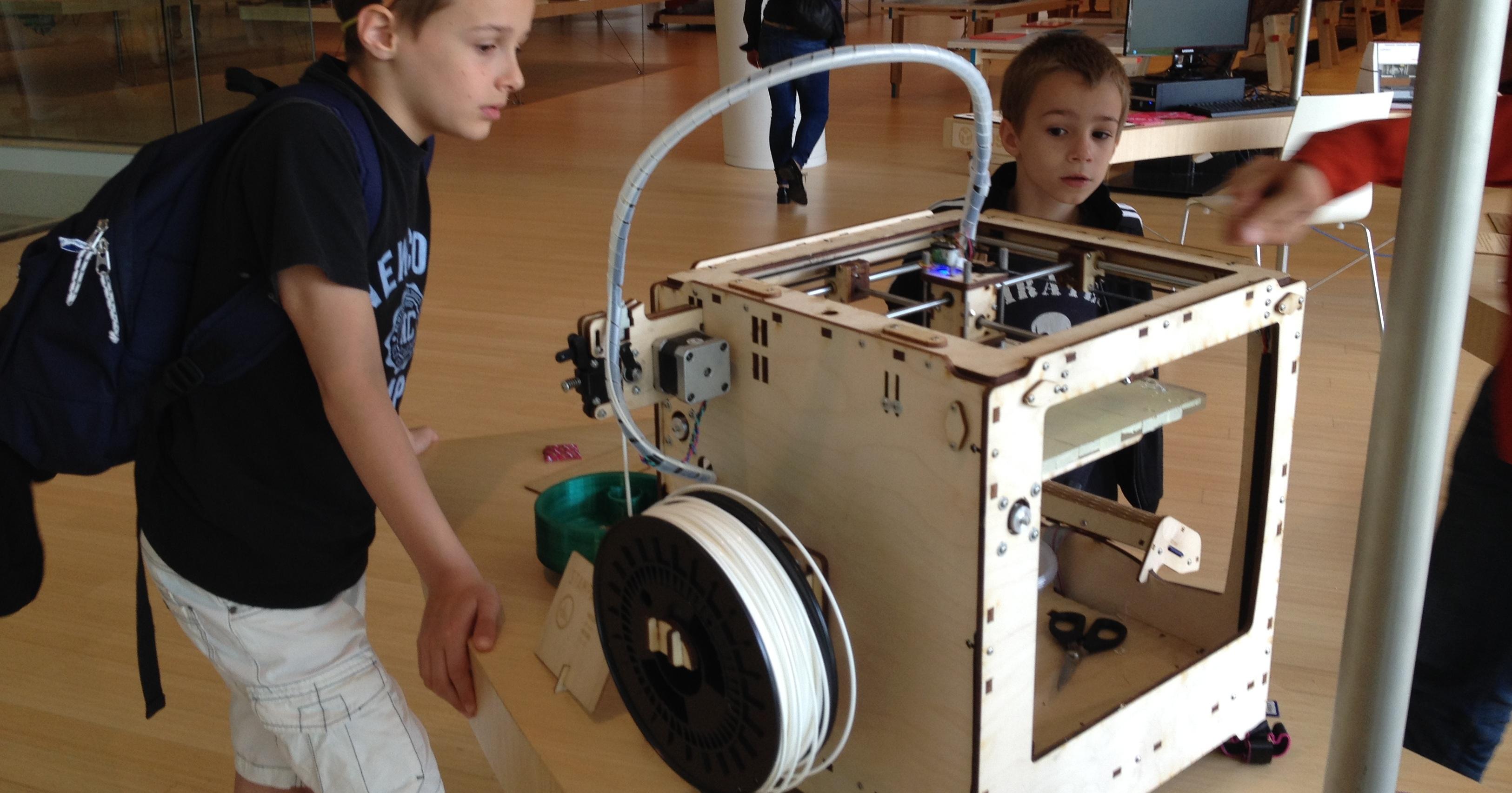 bambini davanti alla stampante 3D al MUSE di Trento