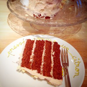 una fetta di red velvet cake per l'ora del tè