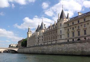 Parigi, la Conciergerie vista dalla Senna