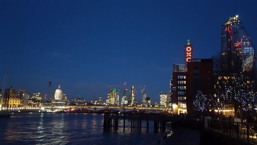 al tramonto Londra si riempie di luci verso la Oxo Tower