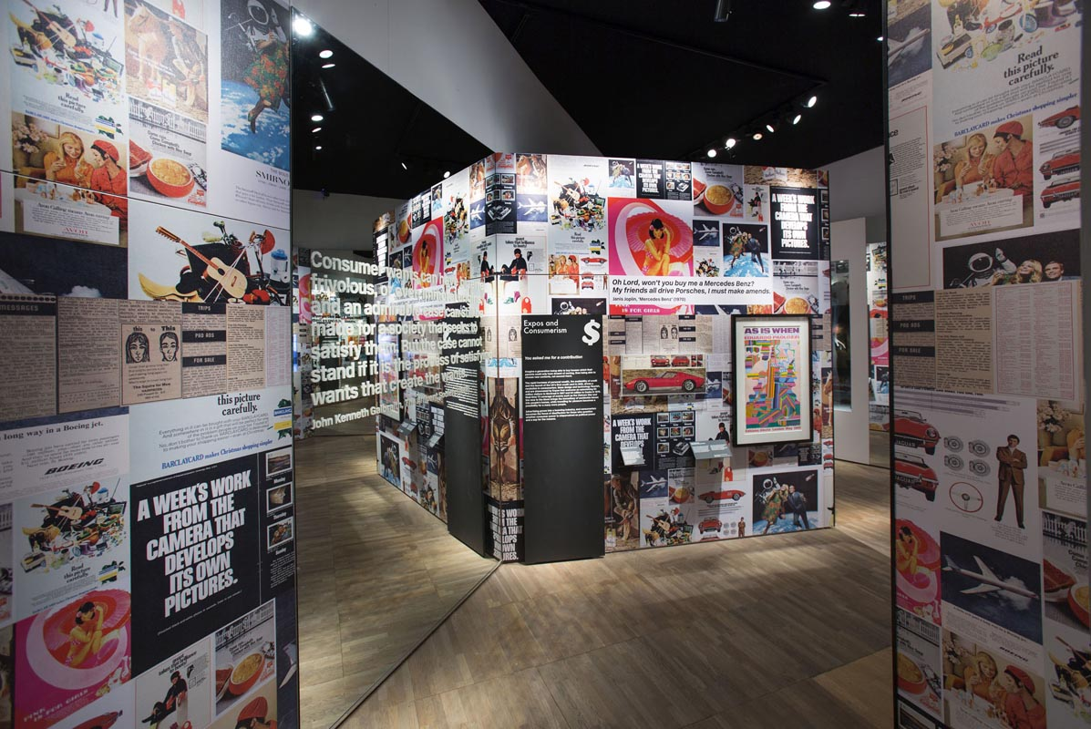 Fotografia della sezione 'Consumerism' dalla mostra al V&A © Victoria and Albert Museum, London