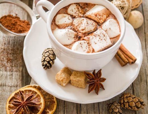Cioccolata calda in tazza, densa e con marshmallows.