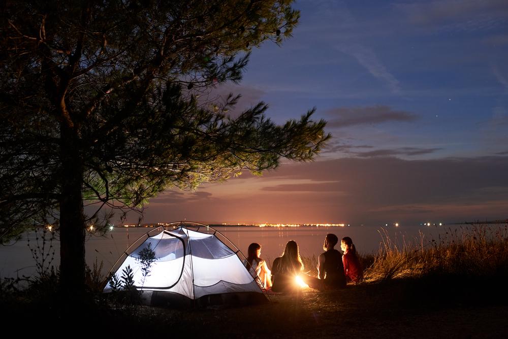 Campeggio ragazzi in notturno